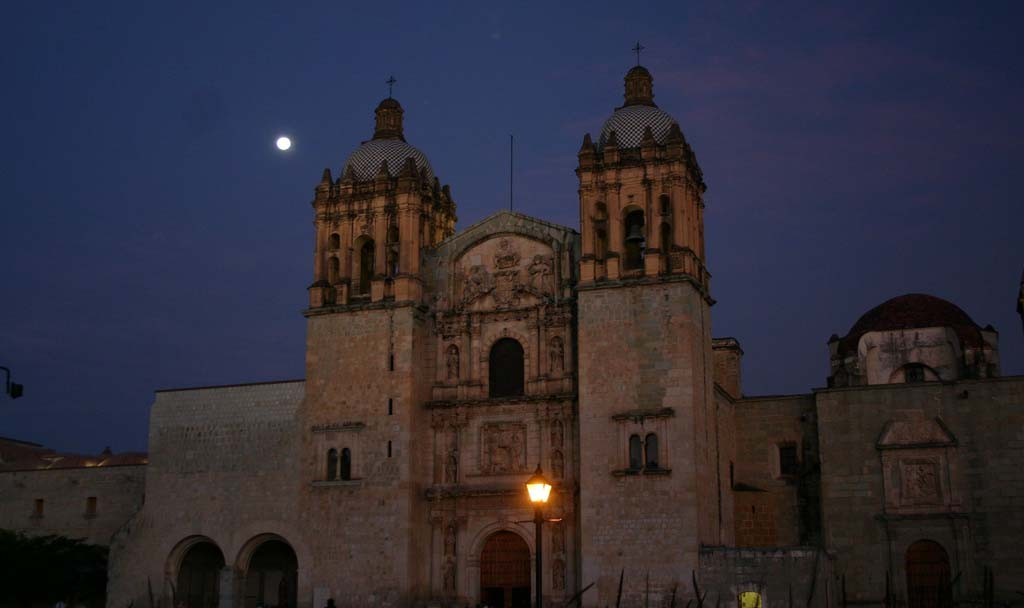 …and while strolling past the beautiful church of Santo Domingo after dinner we might see a Barn Owl fly over. (gb)